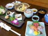 辻の房膳(限定15食)--写真はお造り、天ぷらの付いたコース ご飯は健康的な11穀米です