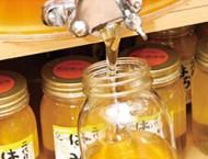 タンクの蛇口をひねると、蜂蜜がとろーり   はちみつの量り売りは大好評です