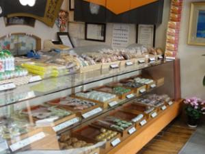 ショーケースにはいろいろな和菓子が・・・