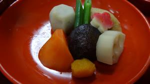『平椀 煮物』 ~炊き合わせ~ 人参、レンコン、里芋など根菜の炊き合わせ。 色合いも鮮やかに、しかし独立した野菜の味がそれぞれに堪能できる一皿です。
