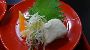 『木皿 さしみ』 ~生湯葉、大根つま、大葉~ お好みでかけるのは、醤油ではなくポン酢。 濃厚な生湯葉にさっぱりとしたポン酢があいまって、とてもおいしい贅沢な一皿です。